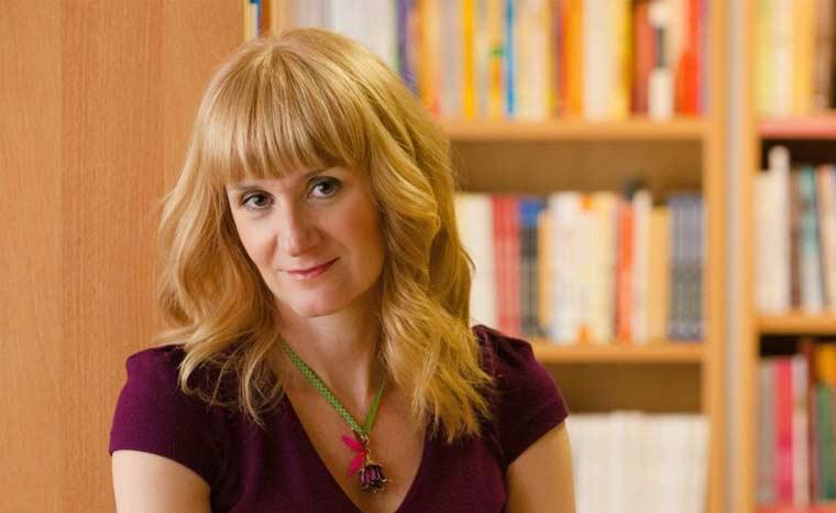 Η Λίνα Μουσιώνη, συγγραφέας, μιλάει στο Διονύση Λεϊμονή